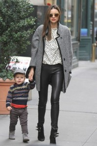 Miranda-Kerr-et-son-fils-Flynn-a-New-York-le-29-novembre-2012_portrait_w674