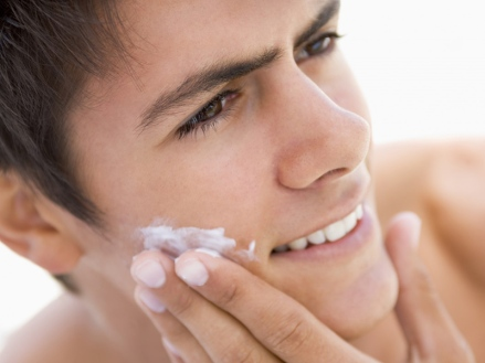 men-putting-coconut-oil-on-his-face